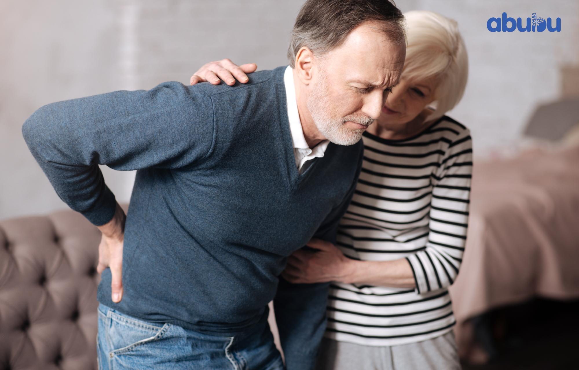 dolores de espalda en personas mayores